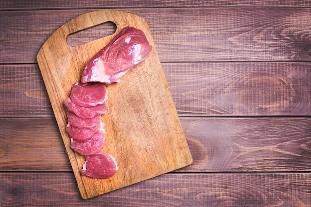 Carne de porco fatiada crua a bordo