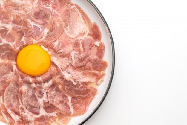 Carne de porco fresca fatiada cru com ovo para cozinhar ou fazer shabu shabu e sukiyaki