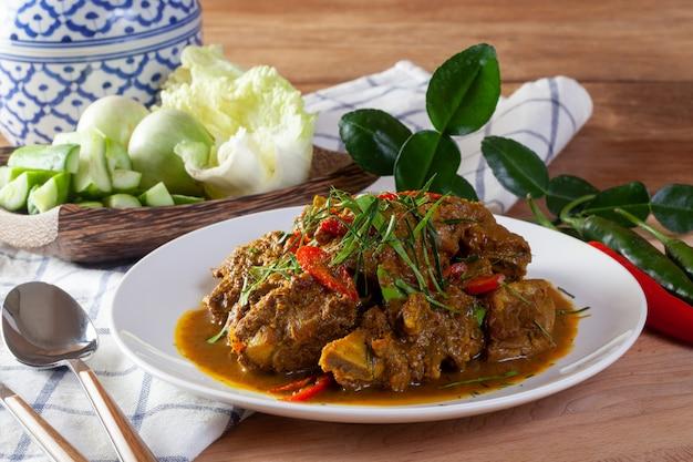 Carne de porco frita com curry. comida tailandesa