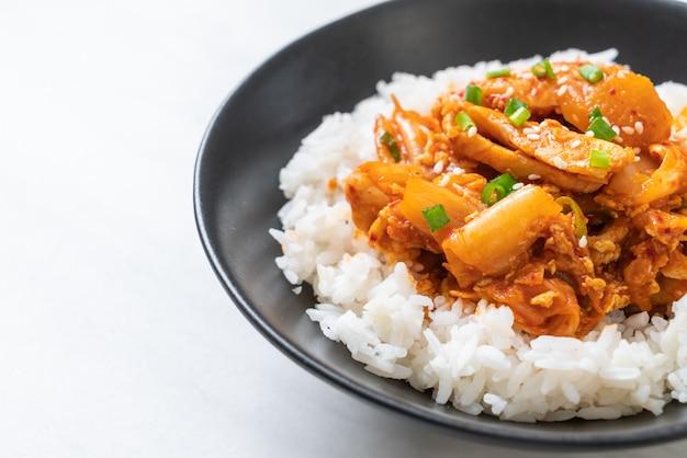 Carne de porco frita com kimchi no arroz coberto