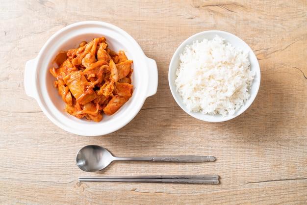Carne de porco frita com kimchi