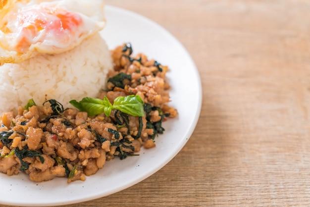 Carne de porco frita com manjericão no arroz e ovo frito