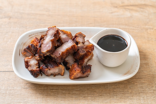 Carne de porco frita entremeada ou crocante ou barriga de porco frita
