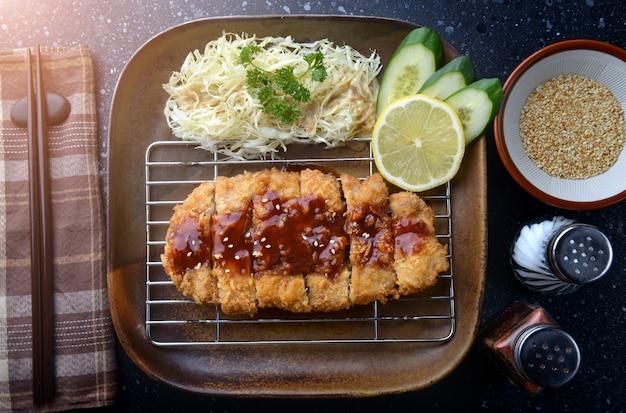 Carne de porco frita japonesa ou tonkatsu.