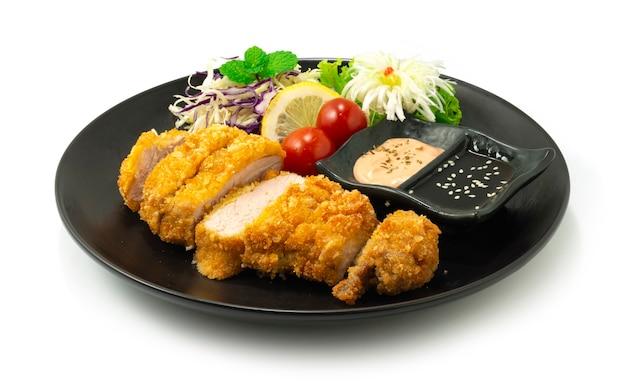 Carne de porco frita katsu fusão de estilo de comida japonesa servido molho decorar legumes e alho-poró esculpido bunching cebola em forma de flor vista lateral