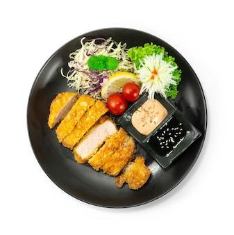 Carne de porco frita katsu fusão estilo comida japonesa servido molho decorar legumes e alho-poró esculpido em forma de flor de cebola topview