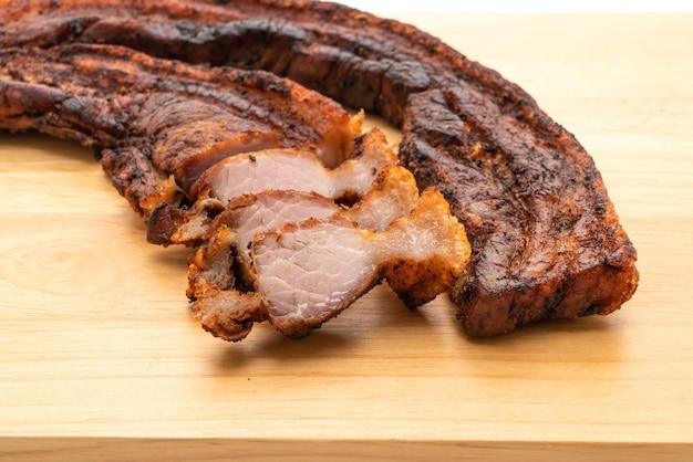 Carne de porco frita ou carne de porco crocante ou barriga de porco frito