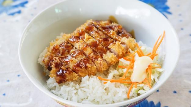 Carne de porco fritada com alimento do japonês do arroz (tonkatsu).