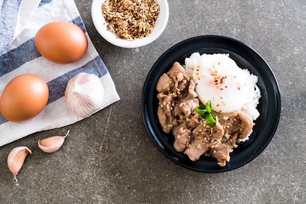 Carne de porco frito com alho no arroz coberto com ovo