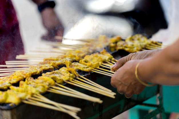 Carne de porco grelhada amarela na vara chamada satay de carne de porco na queimadura do chacoal