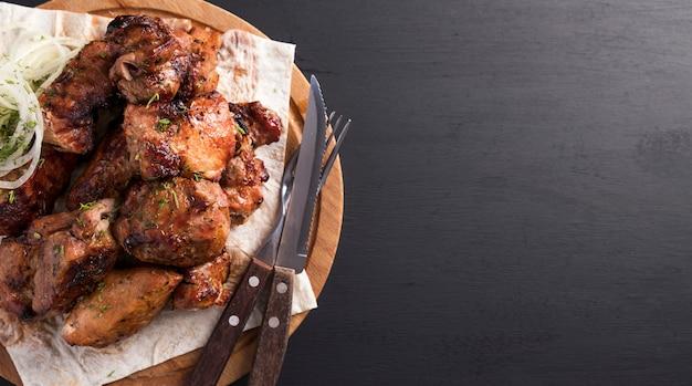 Carne de porco grelhada com cebola. copie o espaço. vista do topo