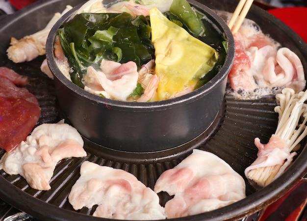 Carne de porco grelhada em uma panela de shabu