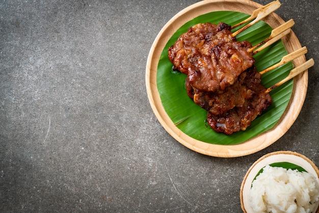 Carne de porco grelhada no espeto com arroz branco