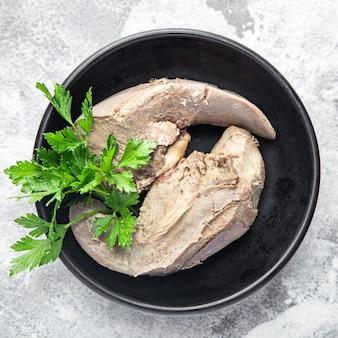 Carne de porco língua no prato sobre a mesa cozinhada refeição fresca lanche cópia espaço comida fundo rústico