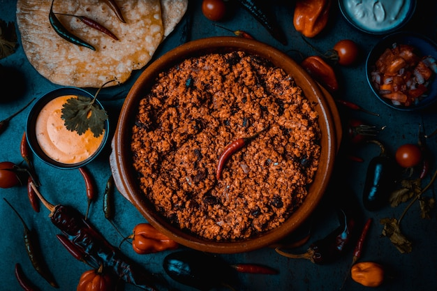 Carne de porco mexicana para burritos e nachos com queijo cheddar e pico de gallo