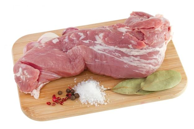 Carne de porco na mesa de madeira no fundo branco