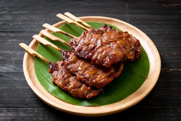 Carne de porco no espeto grelhado com arroz branco