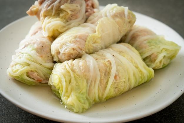 Carne de porco picada caseira embrulhada em couve chinesa ou repolho cozido no vapor carne de porco picada