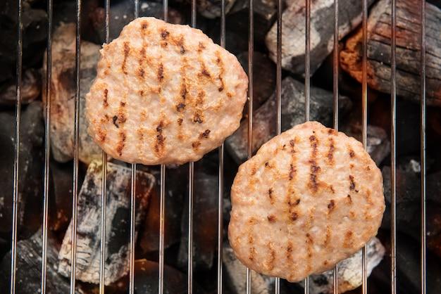 Carne de porco picada na grelha com chamas de dança cozinhada.