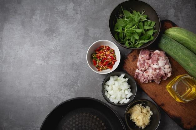 Carne de porco picada salteado com manjericão.
