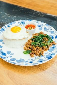 Carne de porco picante com folhas de manjericão e arroz
