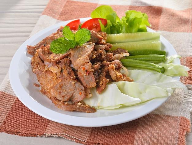 Carne de porco picante com pimenta e hortelã
