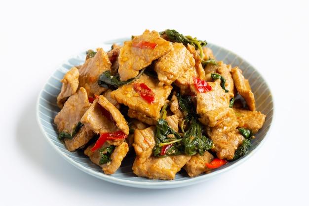 Carne de porco quente e picante frito com manjericão em branco