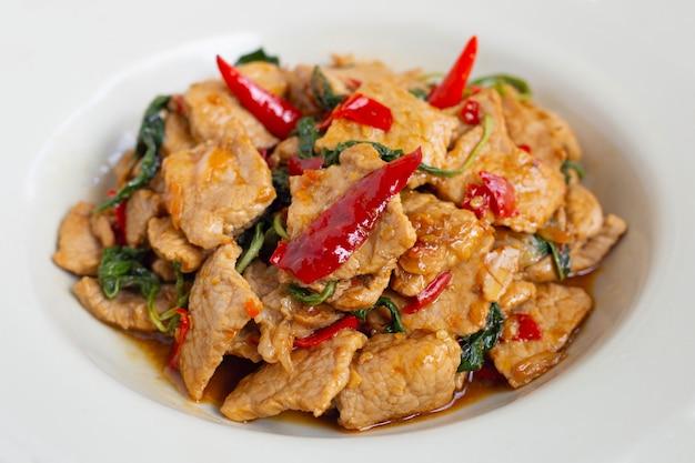 Carne de porco quente e picante frito com manjericão sagrado em branco