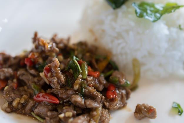 Carne de porco salgada com pimenta e folhas de manjericão