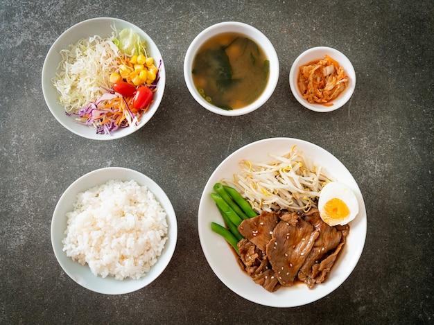 Carne de porco teriyaki frita com gergelim, broto de feijão mungo, ovo cozido e conjunto de arroz - comida japonesa