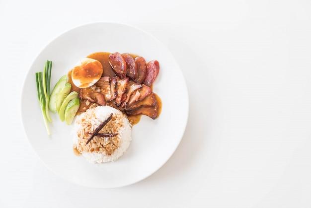 Carne de porco vermelha assada no molho com arroz