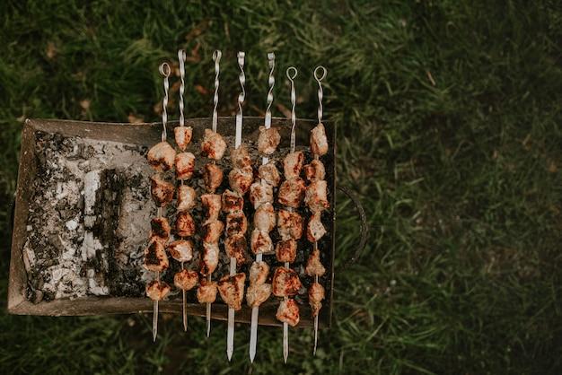 Carne de porco, vitela, vaca, cortada em pedaços quadrados e frita no fogo. muita carne em espetos mentiras