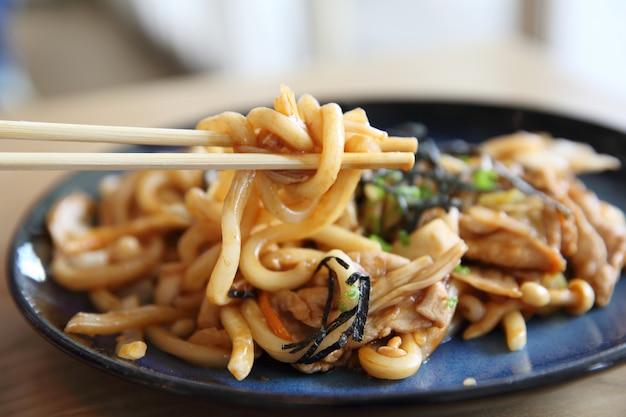 Carne de porco yakisoba em madeira, comida japonesa