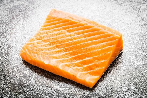 Carne de salmão cru