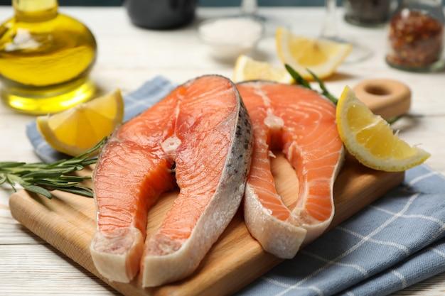 Carne de salmão e especiarias sobre fundo de madeira