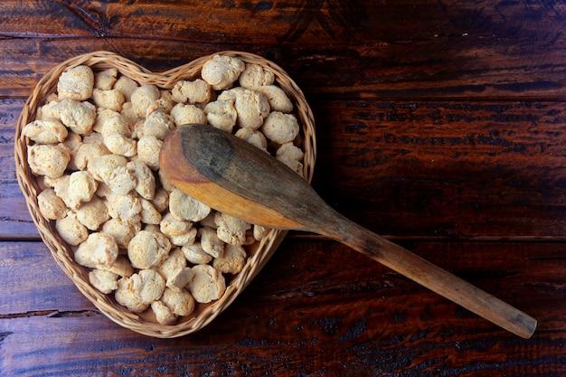 Carne de soja, pedaços em uma cesta com forma de coração