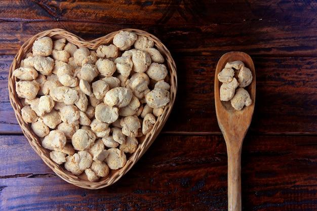Carne de soja, pedaços em uma cesta com forma de coração.