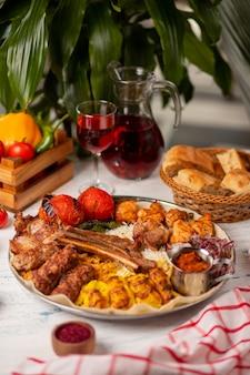 Carne de vaca, kebab de frango, churrasco com batatas assadas, grelhado, tomate e arroz