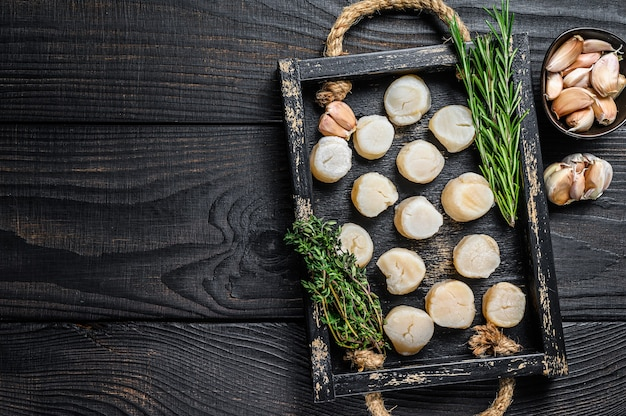 Carne de vieiras frescas em bandeja de madeira