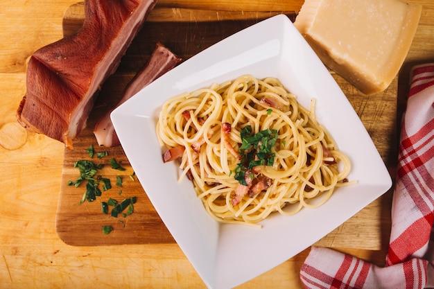 Carne defumada e queijo perto da massa