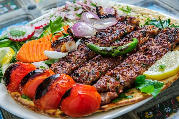 Carne diferente de churrasco saudável com legumes e molho