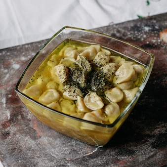 Carne dushpere famosa carne picada oriental dentro da refeição com caldo na mesa marrom