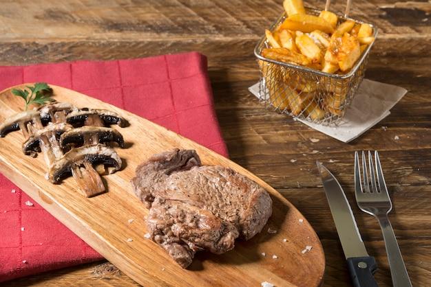 Carne e batatas fritas