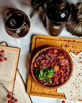 Carne e legumes com romã em panela