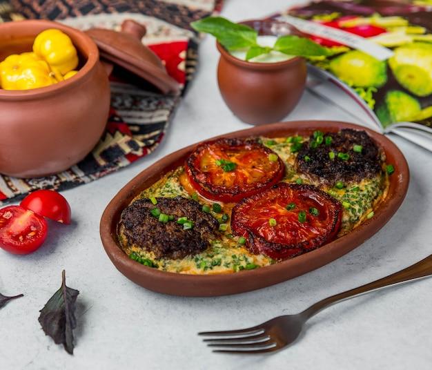 Carne e legumes fritos no forno