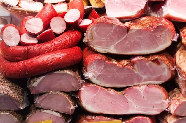 Carne e salsichas no mercado