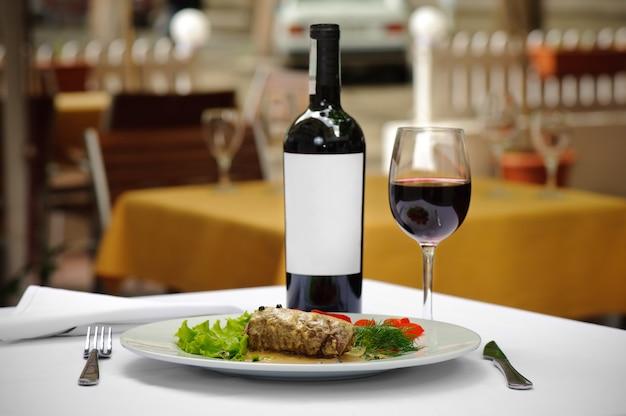 Carne e vinho servidos