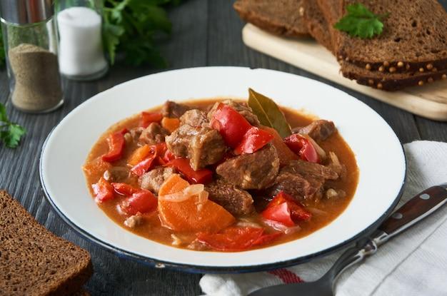 Carne estufada em molho de tomate com legumes