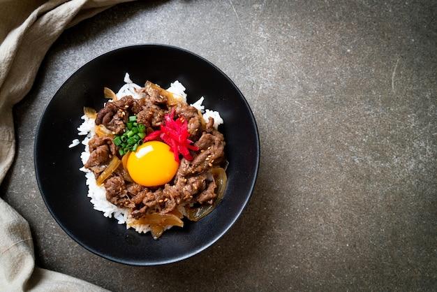 Carne fatiada com arroz coberto com ovo (gyuu-don) - comida japonesa
