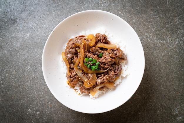 Carne fatiada com arroz coberto (gyuu-don)